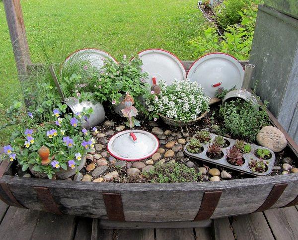 jardin-con-utensilios-cocina-viejos-1