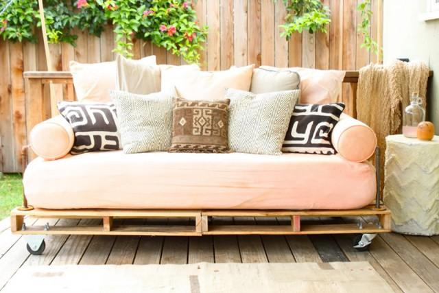 how-to-make-pallet-daybed-diy-crafts
