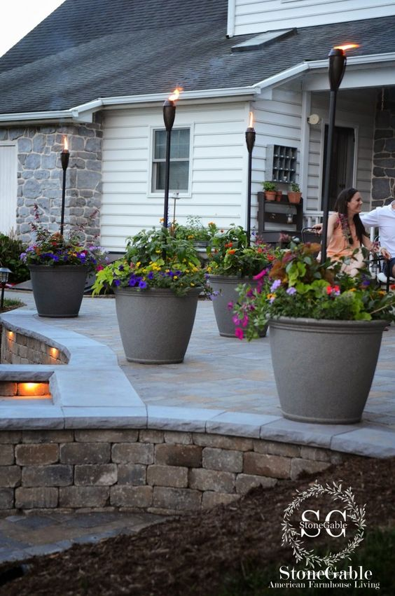 ideas-para-decorar-patios-con-plantadores-10