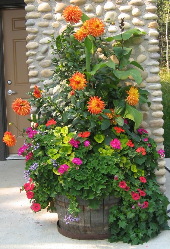 ideas-para-decorar-patios-con-plantadores-11