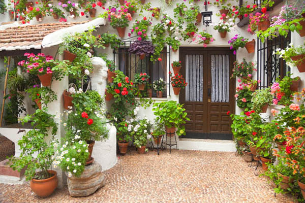ideas-para-decorar-patios-con-plantadores-15