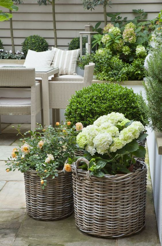 ideas-para-decorar-patios-con-plantadores-3