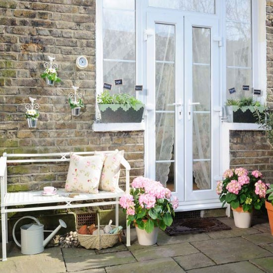 ideas-para-decorar-patios-con-plantadores-7