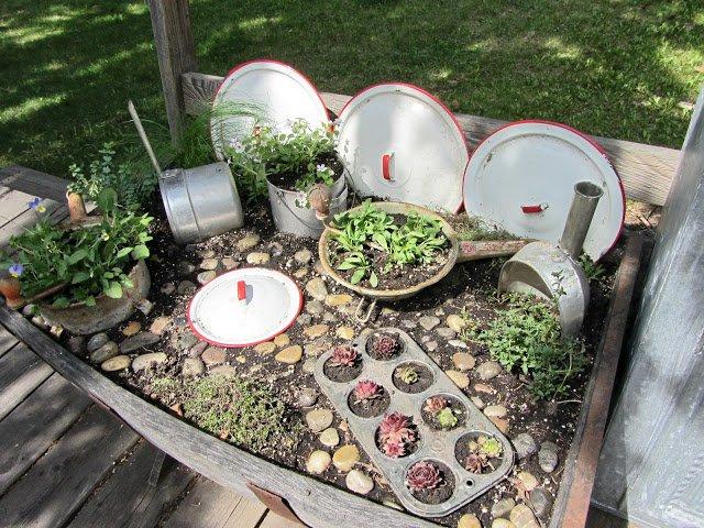 jardin-decorado-con-cosas-cocina-9